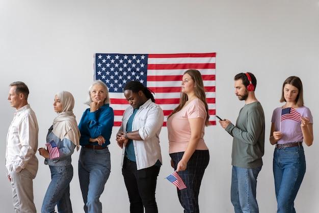 Persone in attesa di registrarsi per votare negli stati uniti