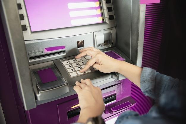 現金自動預け払い機からお金を得るのを待っている人 - 人々はatmの概念からお金を引き出す