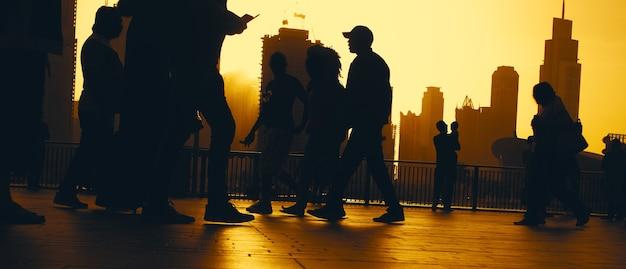 사람들은 일몰에 도시에서 산책