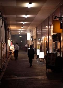 日本のフードコートを歩いている人