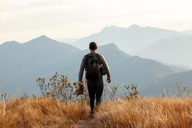 山の風景の中を歩く人々-トレッキングハイキングマウンテニアリング
