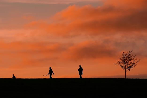 美しい夕日の田舎を歩く人々