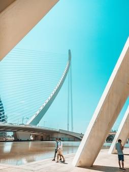 Люди, идущие рядом с современным мостом