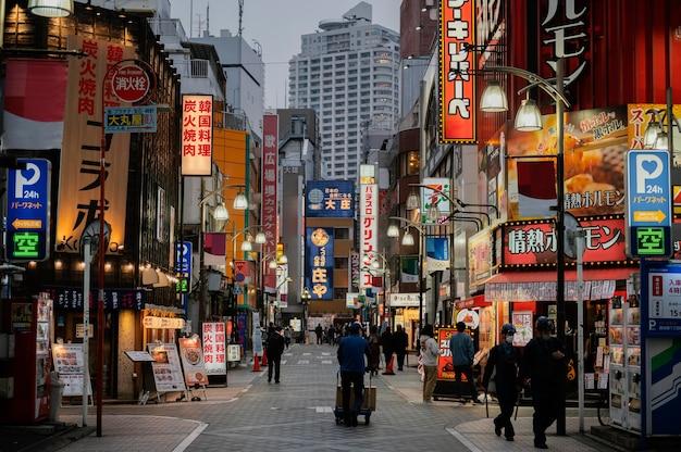 夜に日本の通りを歩く人
