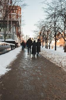 昼間に雪に覆われた小道を歩く人