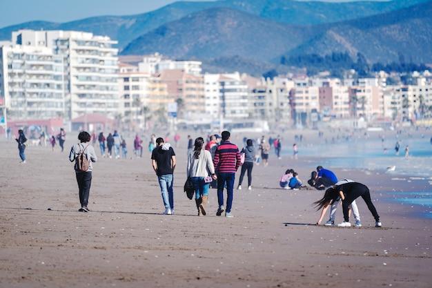 ラセレナチリのビーチを歩く人々