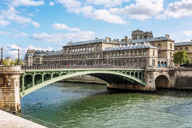 セーヌ川に架かる橋を歩く人々