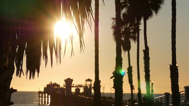 미국 캘리포니아 나무 부두를 걷는 사람들. 오션 사이드 워터 프론트 관광 휴가 리조트.