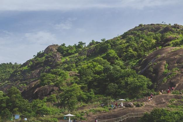 Люди, поднимающиеся на холм