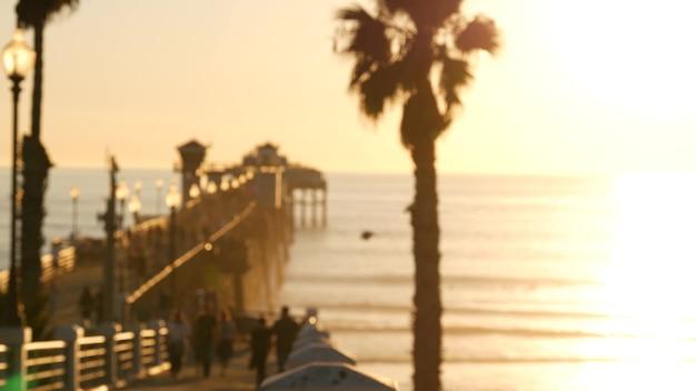 걷는 사람들, 미국 캘리포니아의 목조 부두. 오션 사이드 워터 프론트 휴가 관광 리조트.