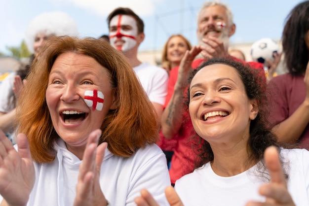 フットボールの試合を見ている人