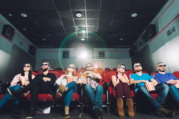 Persone che guardano film in prima fila