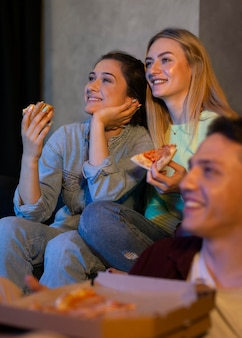 Люди вместе смотрят netflix в помещении