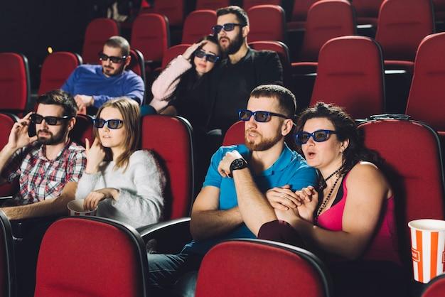 Люди смотрят страшный фильм