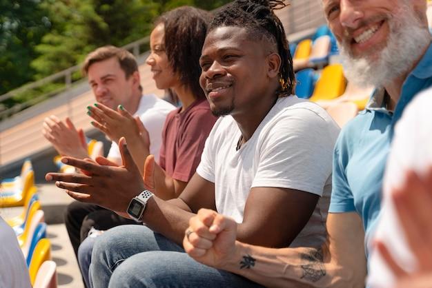 Persone che guardano una partita di calcio
