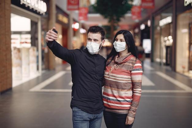 自撮りして防護マスクを着ている人