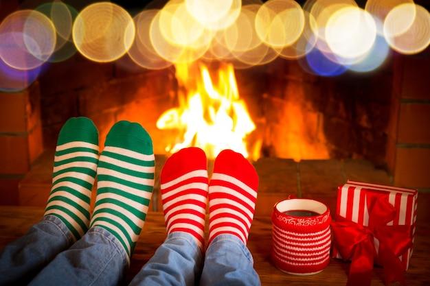 Люди в рождественских носках возле камина