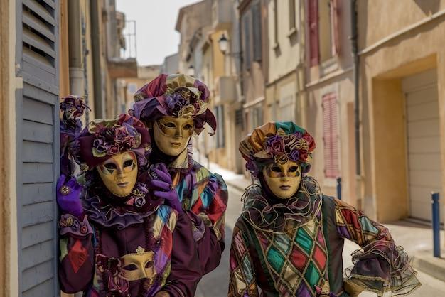 카니발 기간 동안 화려한 마스크와 옷을 입은 사람들