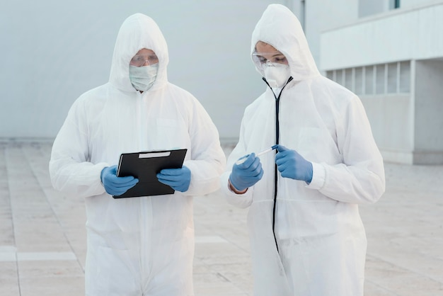 생물학적 위험에 대한 예방 복을 입은 사람들