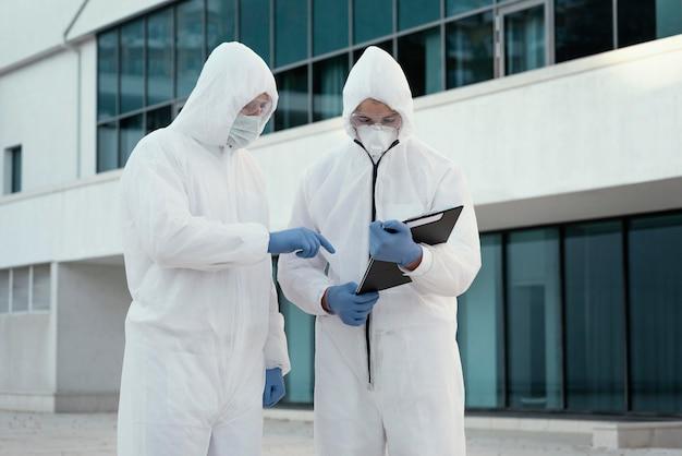 Persone che indossano tute di prevenzione contro un rischio biologico