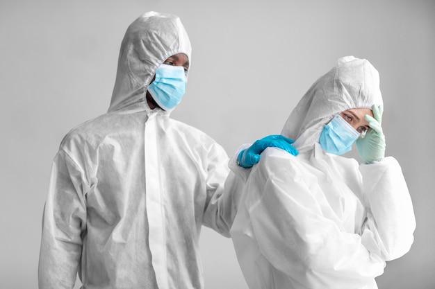 생물학적 위험 지역에서 보호 복을 입은 사람들
