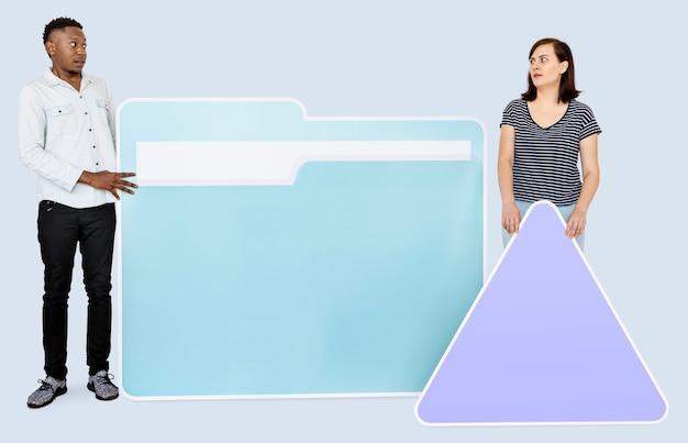 Люди с папкой и значками треугольника