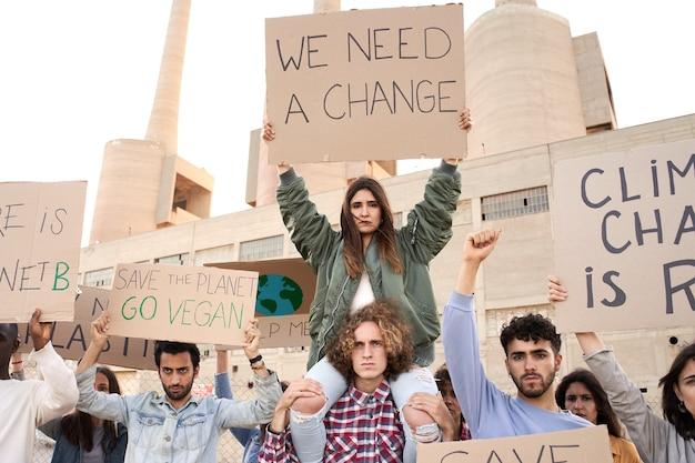 バナーを持った人々が気候変動の行進の一環として抗議する