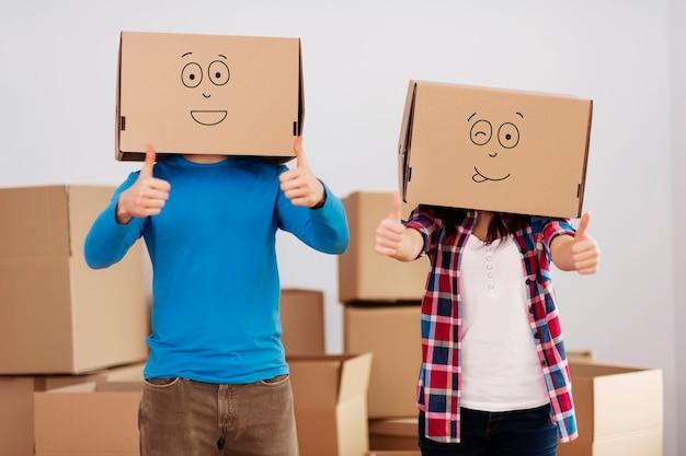 Persone con scatole di cartone sulle teste Foto Gratuite