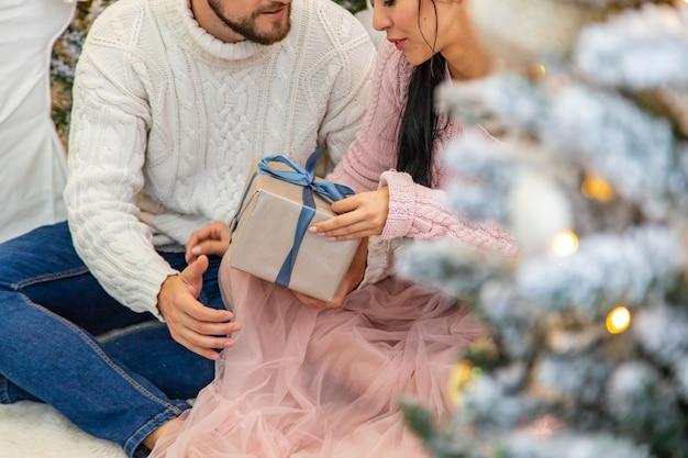 手にクリスマスプレゼントを持っている人。セレクティブフォーカス。ハッピー。