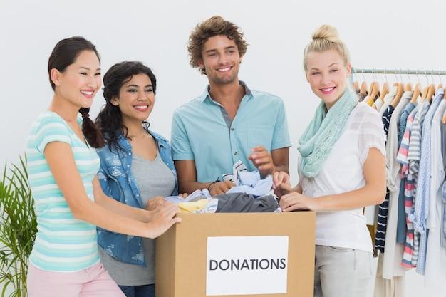 Люди с пожертвованием на одежду