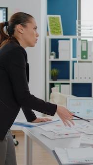 ビジネスプロジェクトのためにチームワークをしている企業の仕事を持つ人々