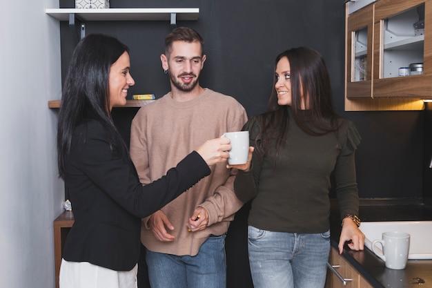 Le persone con le coppe in ufficio