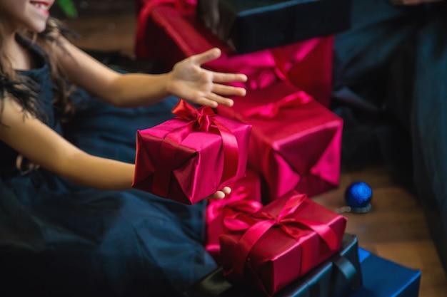 クリスマスの背景に贈り物を持っている人。セレクティブフォーカス。ハッピー。