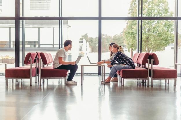 Люди с ноутбуками за столом Бесплатные Фотографии