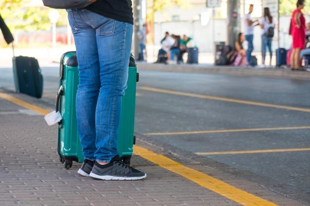 Люди с чемоданами на автовокзале.