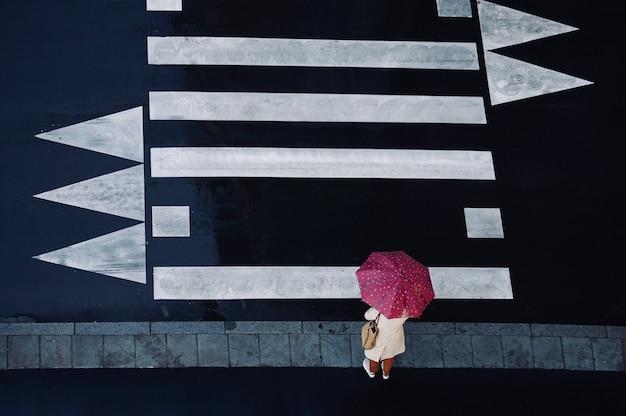 春の雨の日傘をさす人