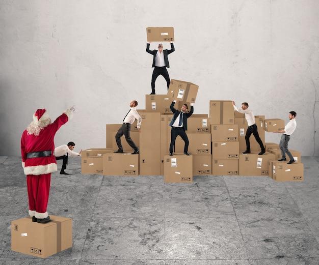 Люди вместе чинят коробки с рождественскими подарками