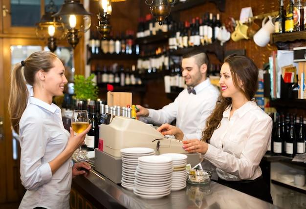 バーで働く人々