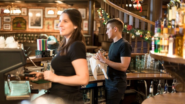 Люди, работающие в кафе
