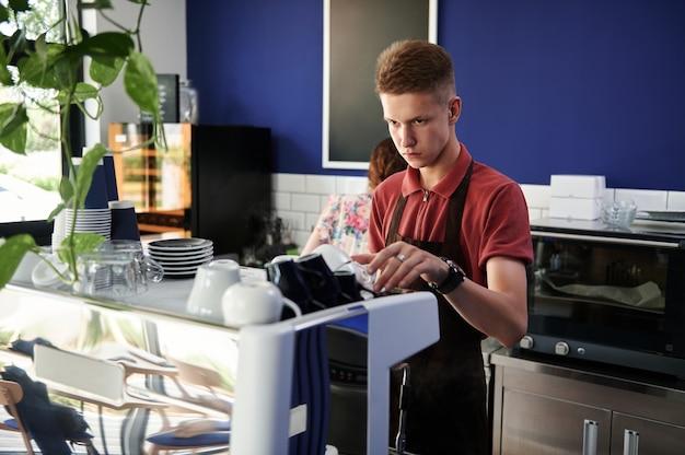 食堂で働く人々。バリスタの職業。小規模なビジネス。