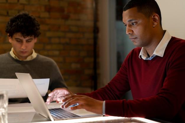 Люди, работающие допоздна в своем офисе