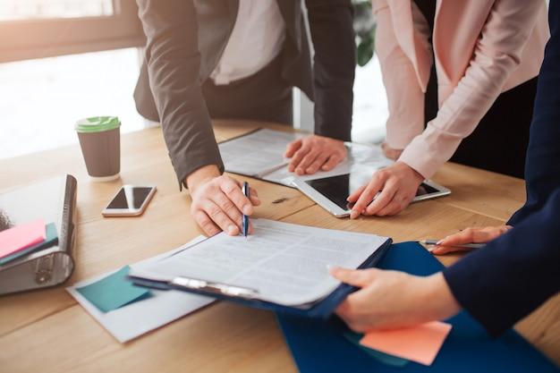 Люди, работающие вместе за столом в комнате