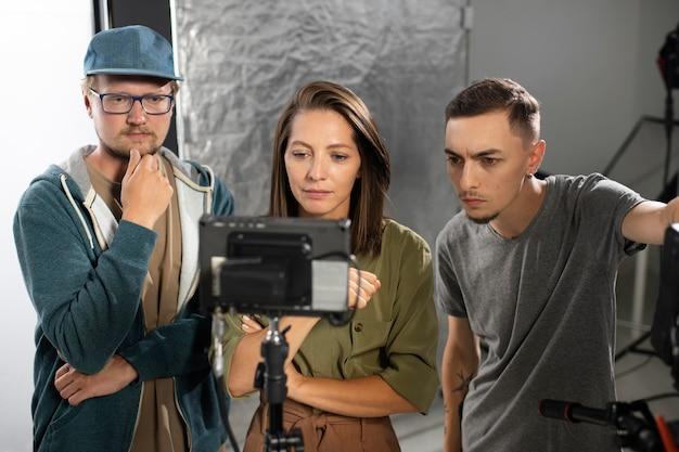 Люди работают вместе над новым фильмом