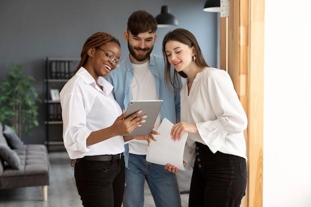 Люди, работающие вместе в начинающей компании