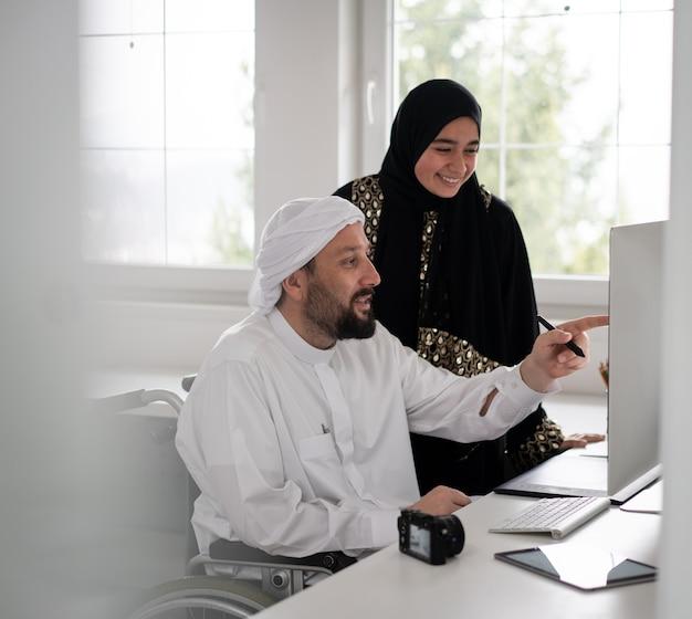 コンピューターで一緒に働く人々