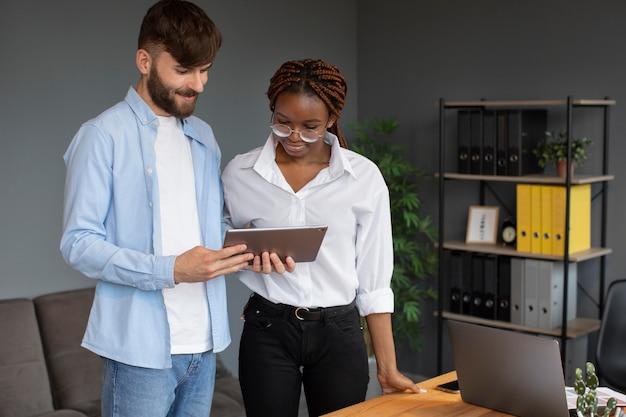 Persone che lavorano insieme in una startup