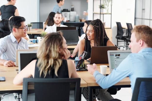 Люди, работающие с компьютерами в офисе