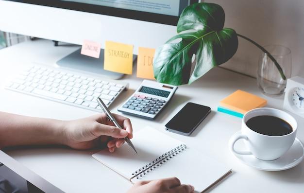 Люди, работающие с бумагой на рабочем столе в офисе. бизнес-план