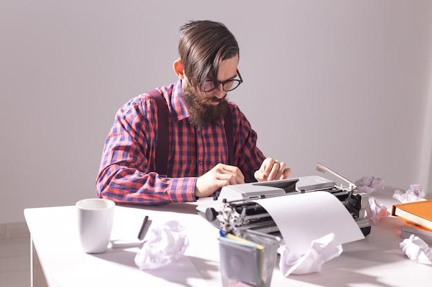 사람들이 작가와 힙 스터 개념 젊은 세련된 작가 타자기에 작업