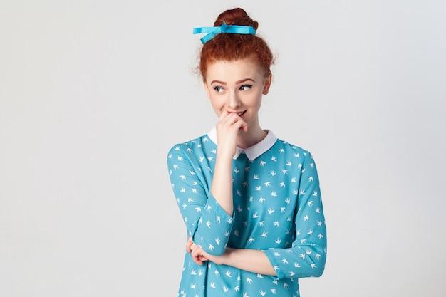 Концепция молодости и нежности людей портрет молодой рыжей женской модели с застенчивой милой улыбкой